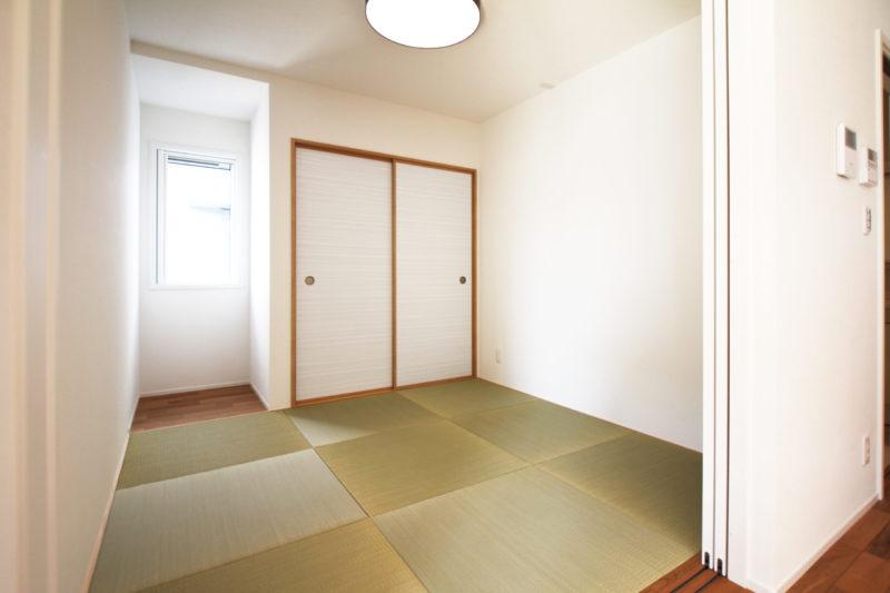 >リビング併設の和室。お子さまの遊び場やちょっとした家事にも。