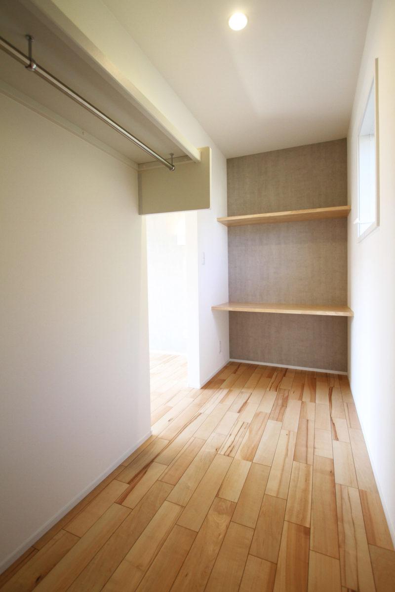 >ウォークインクローゼットは書斎や趣味のスペースになる造作カウンター付き。