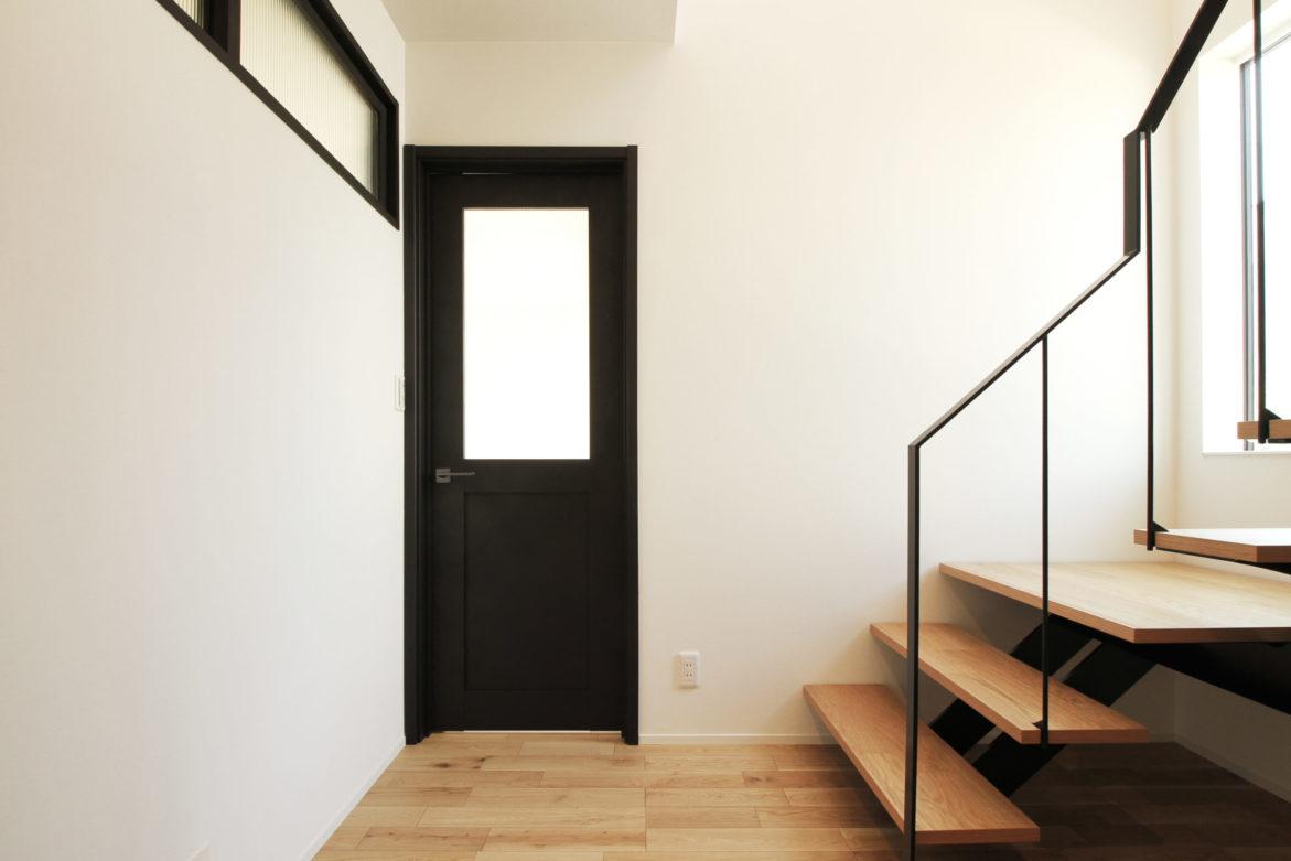 >鋼製階段が出迎える玄関