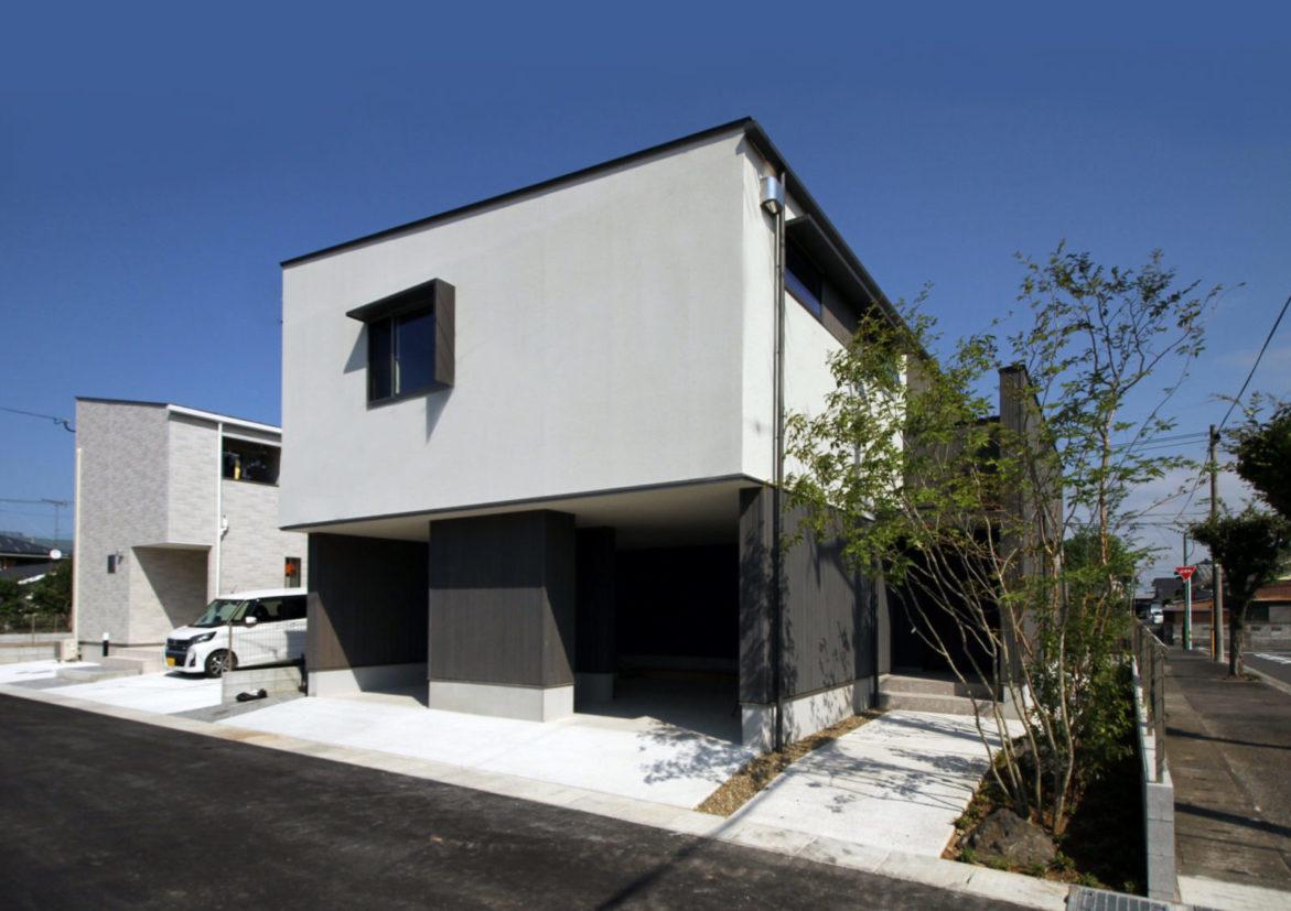 空と暮らす「ガレージのある家」