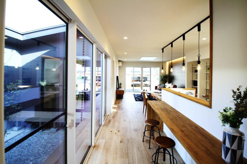 >中庭とリビングまで見渡せるスタディカウンター付きのキッチン