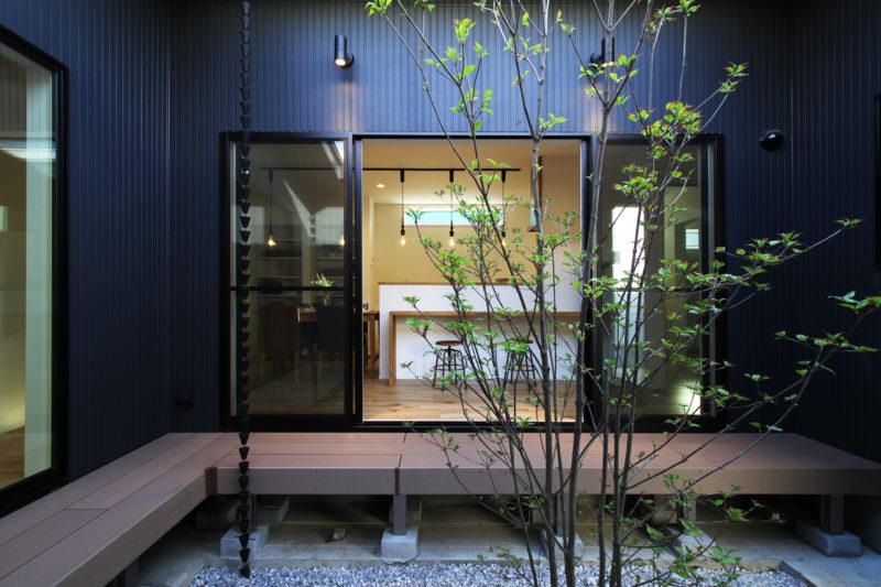 天窓と坪庭のある平屋の家