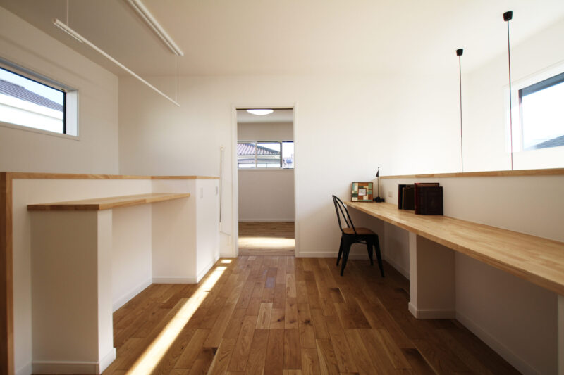 >室内物干&家事コーナーとスタディカウンターのある2Fホール