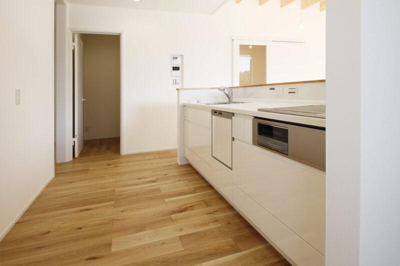 >併設のパントリーが便利な対面式キッチン