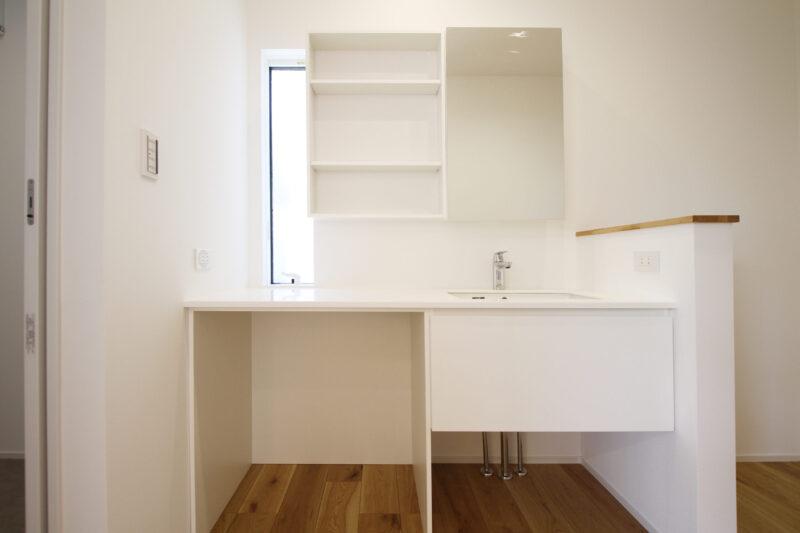 >オリジナル造作のゆったり洗面化粧台